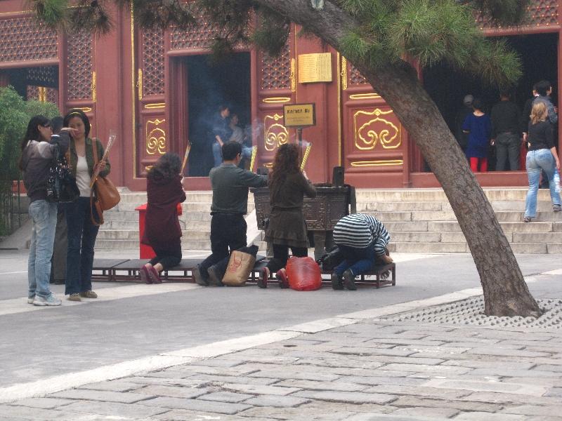 praying-in-the-lama-temple