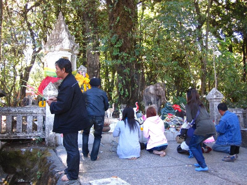 people-praying-at-the-top-ofdoi-inthernon