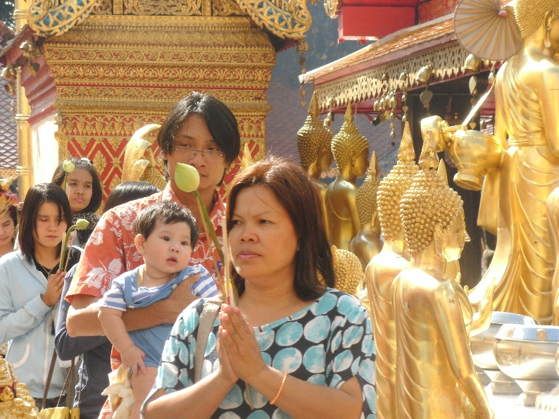 people-praying-at-wat-phra-that-2