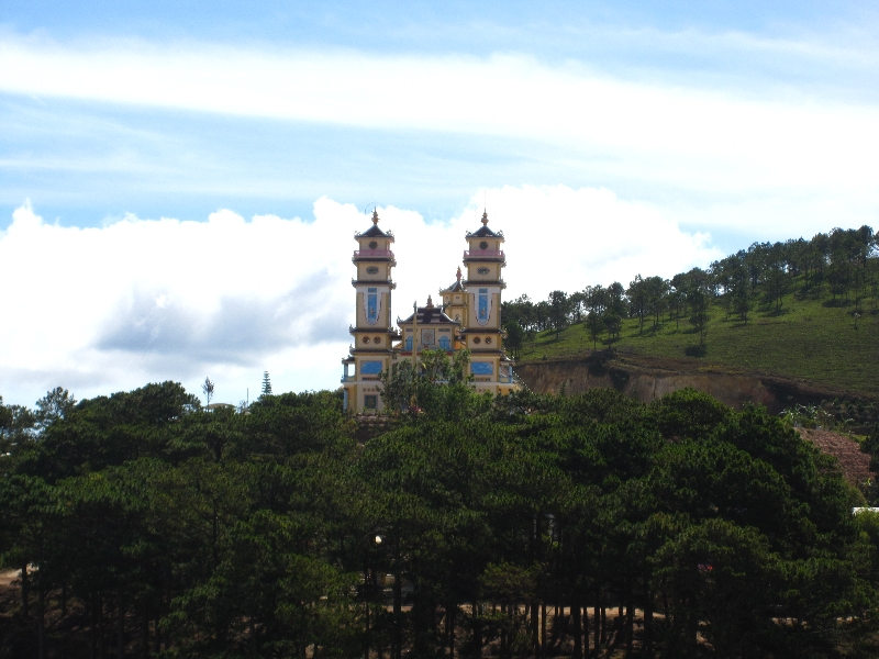 a-temple-near-the-linh-phuoc-pagode