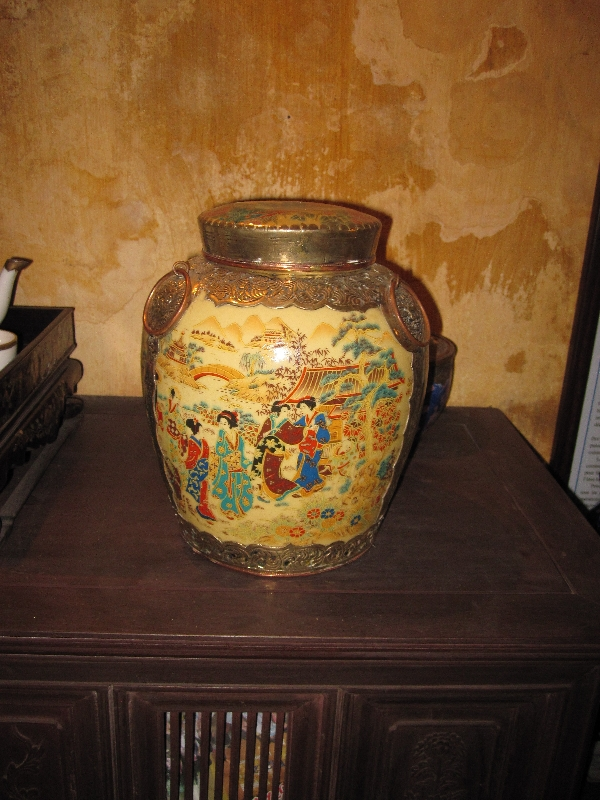 chinese-vase-in-an-old-chinese-house