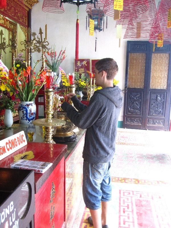 taylor-offering-in-tempel-quan-cong