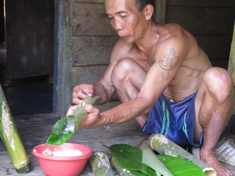 iban-preparing-our-bamboo-meal