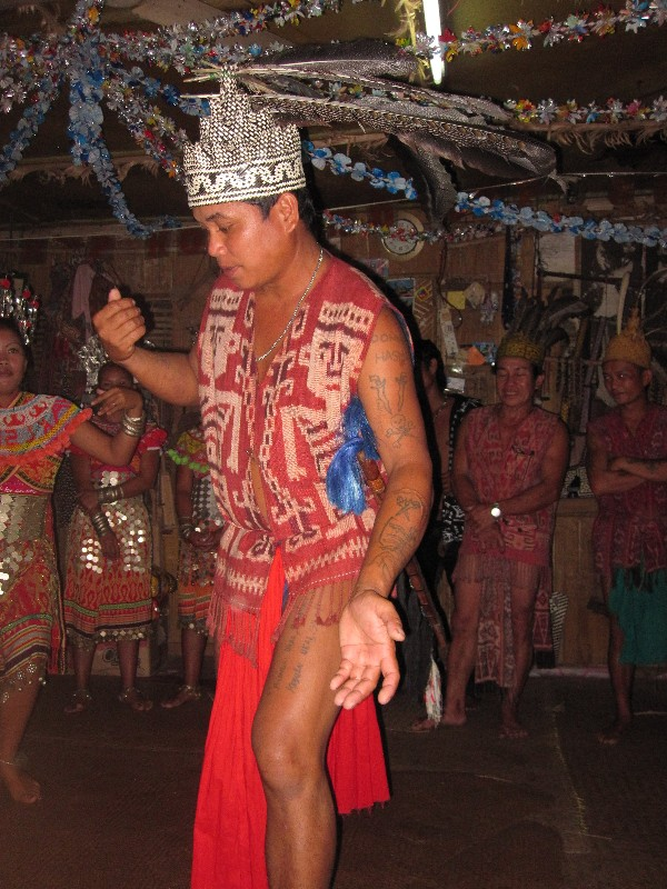 old-iban-headhunter-dancing-the-ngajat