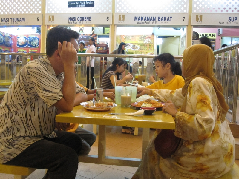 family-eating-nasi