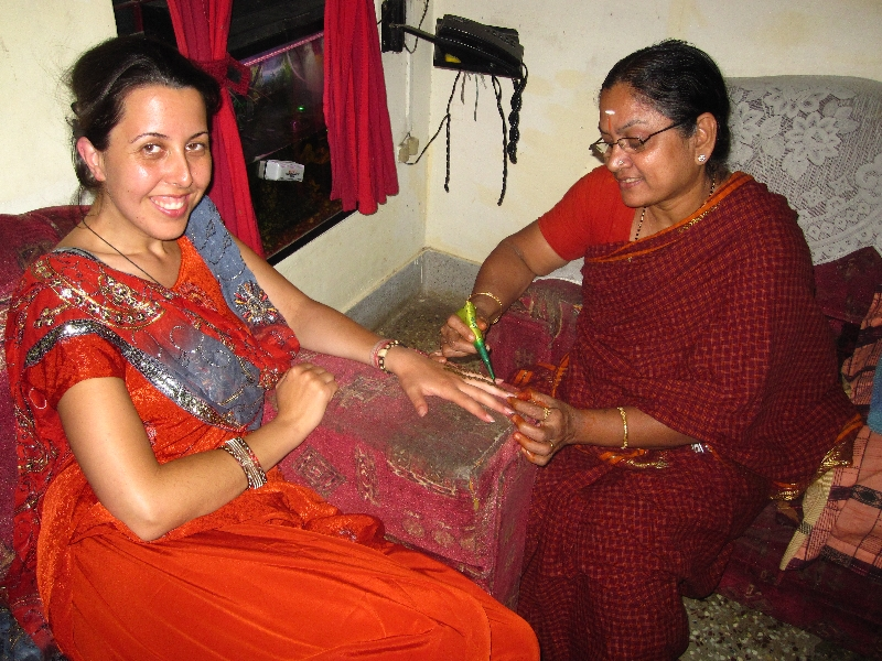selvi-making-henna-to-me-dressed-in-my-punjabi-suite