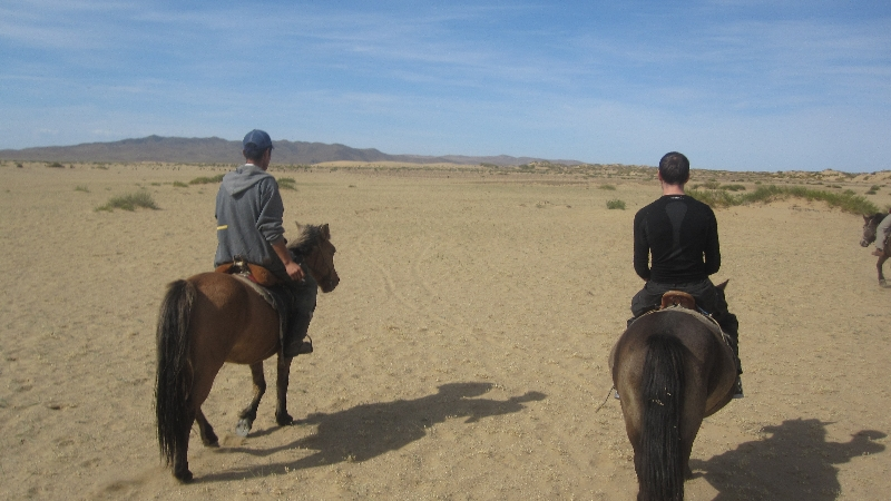 horse-riding-through-the-minigobi