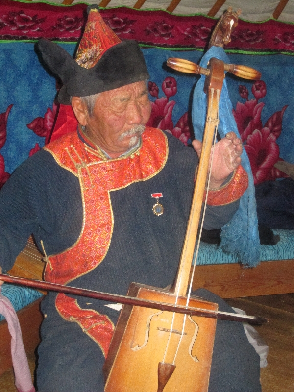 old-mongolian-man-playing-music