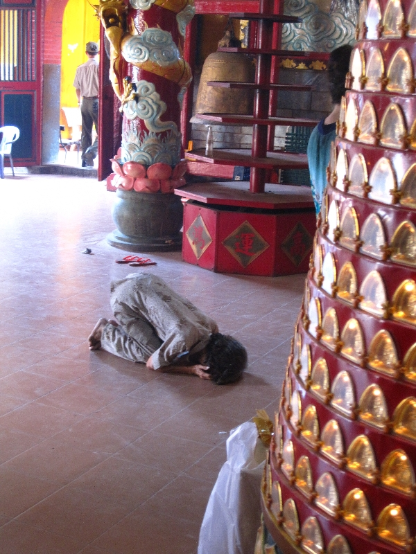 praying-in-quan-am-pagoda