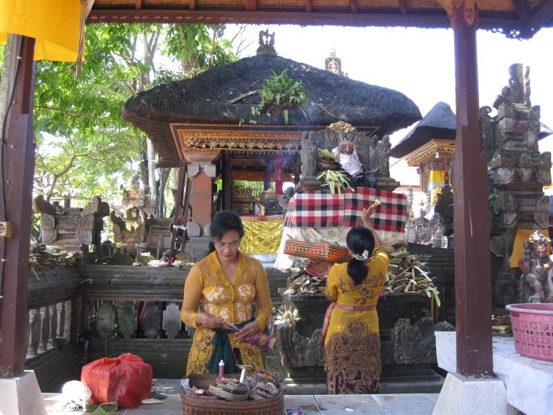 women-offering-for-galungan-festival
