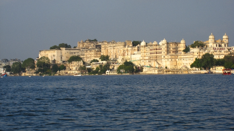 city-palace-lake-pichola3