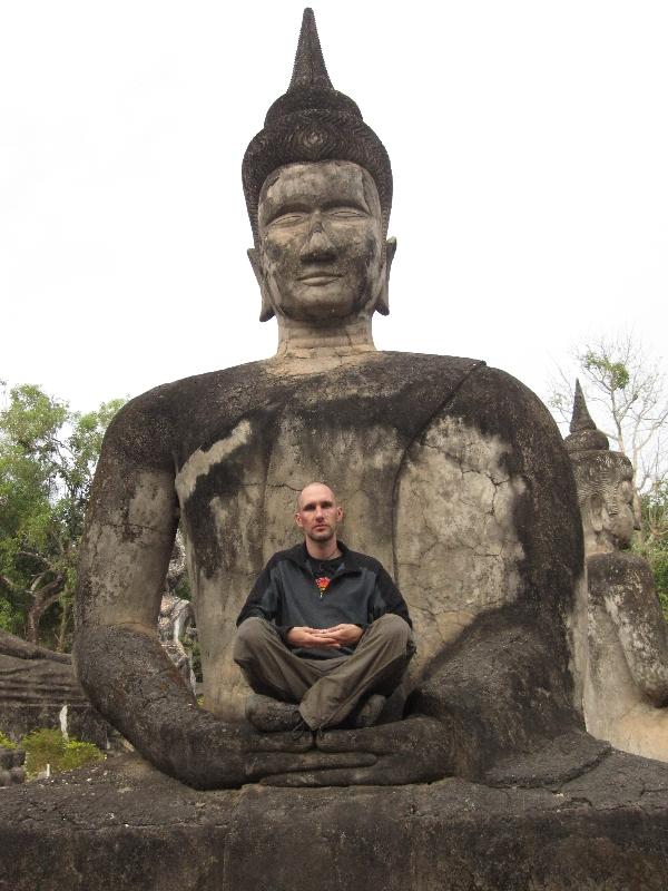 meditating-in-xieng-khuan-buddhaparc