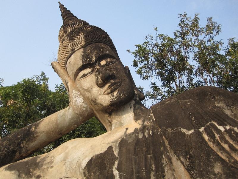 xieng-khuan-buddhaparc-lying-buddha