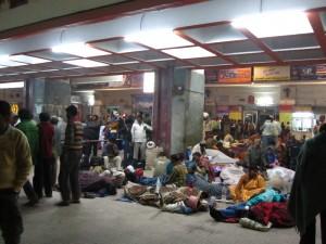 Warten auf den Zug in Varanassi
