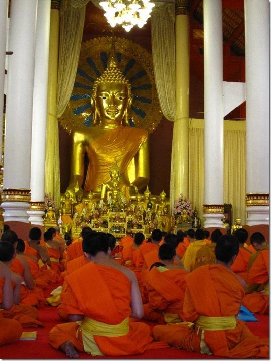 A lot of novices praying at Wat phra singh