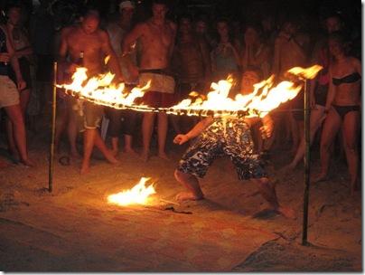 Feuer-Limbo am Strand