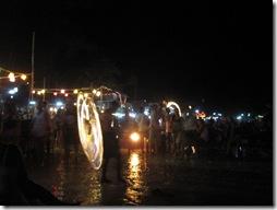 Thailändischer Feuerkünstler am Strand