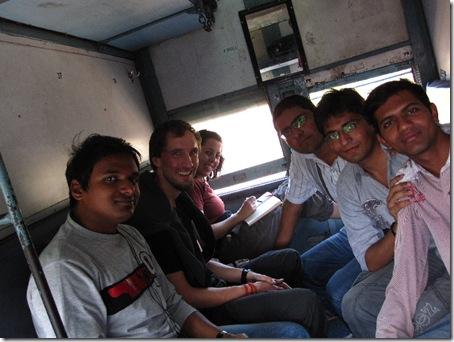 Inder fahren mit dem Zug nach Goa