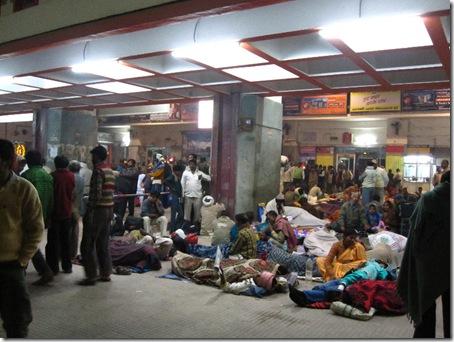 Wir warten mit Indern auf den Zug