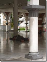 Schlafen in Moschee verboten...
