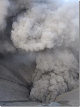 Blick vom Kraterrand in den Schlund des Vulkans Bromo 2