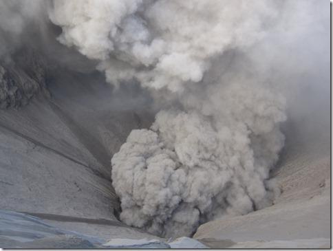 Blick vom Kraterrand in den Schlund des Vulkans Bromo 3