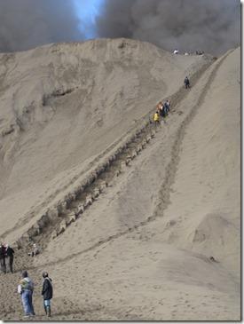 Die letzten stufen hinauf zum Kraterrand