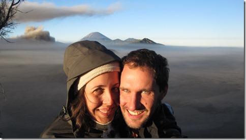 Maria und Björn vor dem Szenario des Vulkans Bromo