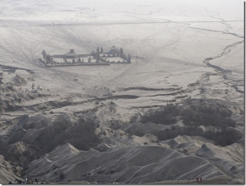 Sicht über die surreale Mondlandschaft im Tal des Bromo