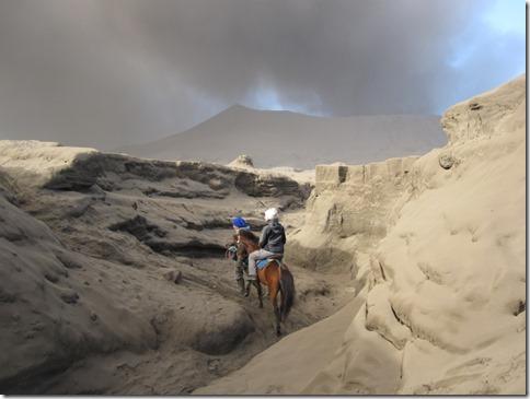 Unser Weg durch Ascheberge zum krater