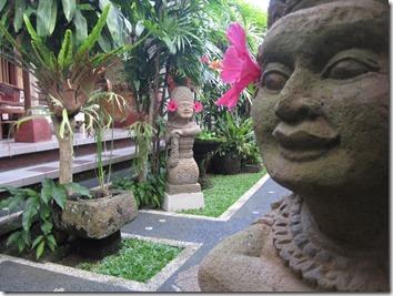 Bali - Beaucoup de statuettes avec fleurs dans les oreilles