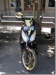 Opferkörbchen auf Motorad in Bali